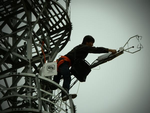 天诺基业工作人员正在对位于北京奥林匹克森林公园内的闭路通量系统进行维护
